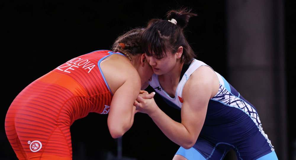 Кыргызстанка Мээрим Жуманазарова во время схватки с Элис Манолова из Азербайджана на Олимпийских играх в Токио