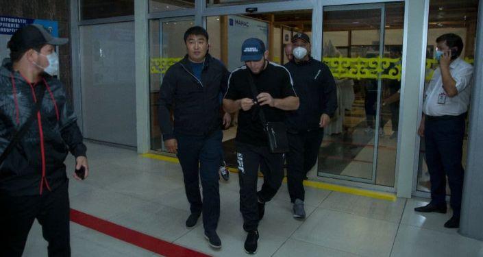 Российский непобежденный бывший чемпион UFC Хабиб Нурмагомедов прилетел в Бишкек