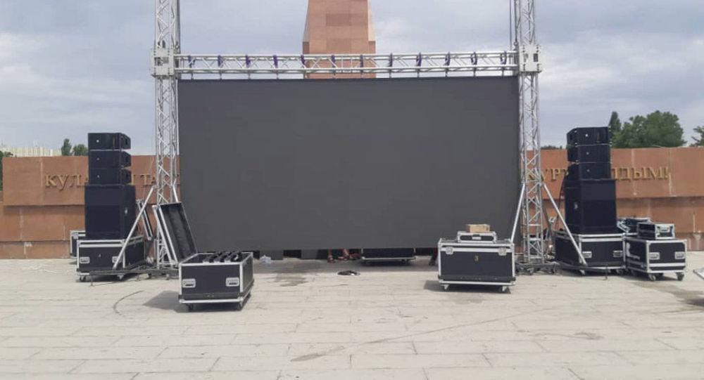На площади Ала-Тоо в Бишкеке устанавливают экран для просмотра сегодняшних схваток отечественных спортсменов на Олимпийских играх в Токио