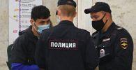 Москва метросунда полиция кызматкерлери. Архив