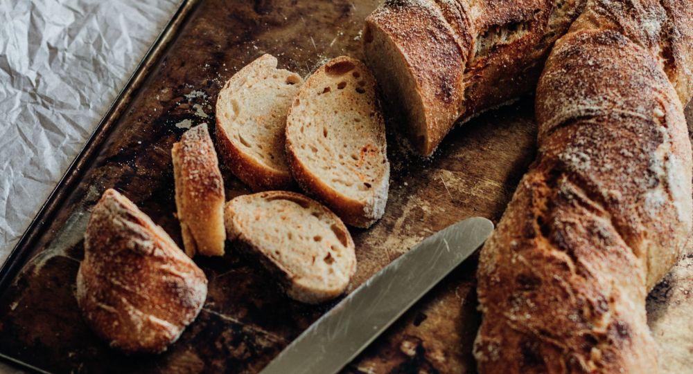 Свежеиспеченный хлеб порезанные на противне. Архивное фото