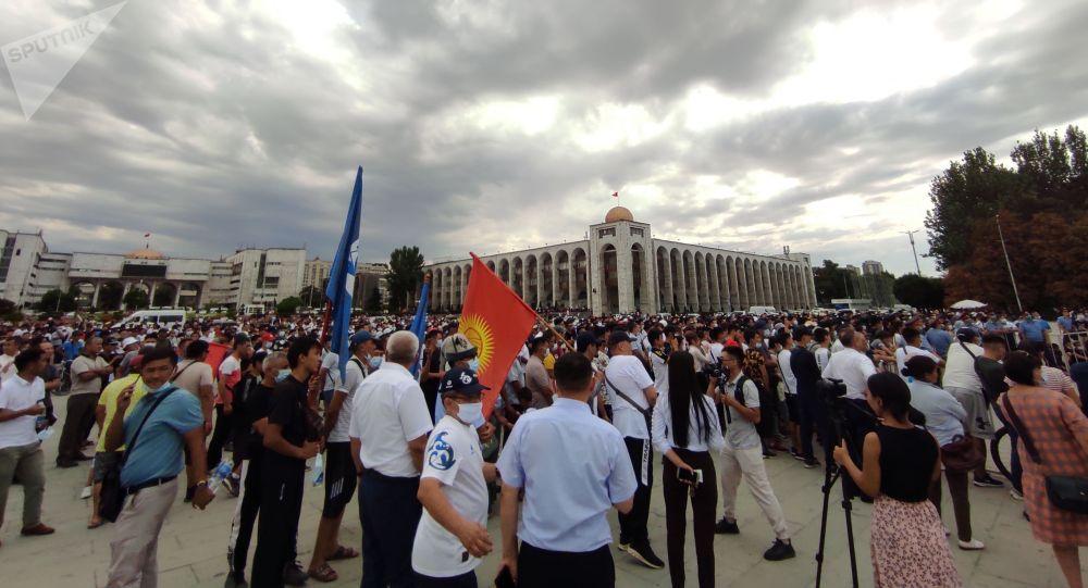 Люди на прямом эфире схваток кыргызстанских борцов на Олимпиаде в Токио на площади Ала-Тоо в Бишкеке