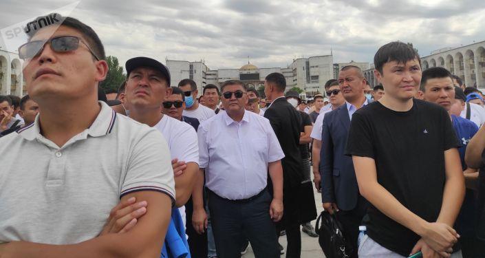 Люди на прямом эфире схваток кыргызстанских борцов на Олимпиаде в Токио на площади Ала-Тоо в Бишкеке. 03 августа 2021 года