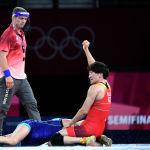 Айсулуу Тыныбекова (кызыл кийимчен) украиналык балбан кыз Ирина Коляденкону утуп, Токио-2020 Олимпиадасынын финалына чыккан чагы. 3-август, 2021-жыл.