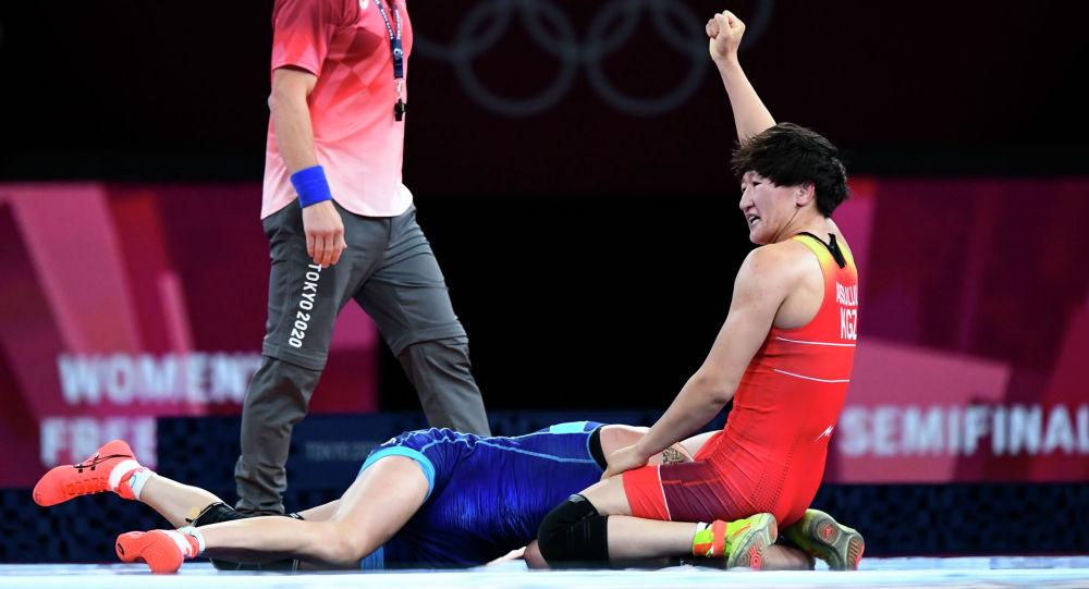Кыргызстанка Айсулуу Тыныбекова (в красном) после победы над над Ириной Коляденко из Украины на полуфинале Олимпийских игр в Токио. 3 августа 2021 года