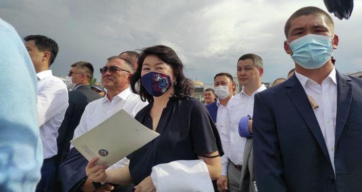 Люди смотрят прямую трансляцию схваток отечественных спортсменов на Олимпийских играх в Токио на площади Ала-Тоо в Бишкеке