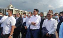 Глава кабинета министров КР Улукбек Марипов смотрит прямую трансляцию схваток отечественных спортсменов на Олимпийских играх в Токио на площади Ала-Тоо в Бишкеке