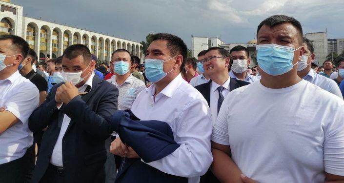 И. о. мэра Бишкека Таалайбек Сарыбашов смотрит прямую трансляцию схваток отечественных спортсменов на Олимпийских играх в Токио на площади Ала-Тоо в Бишкеке
