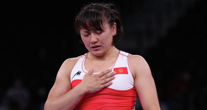 Мээрим Жуманазарова из Кыргызстана после победы над Батцэцэг Соронзонболд из Монголии в матче за бронзовую медаль на Олимпийских играх 2020 года в Токио. 3 августа 2021 года