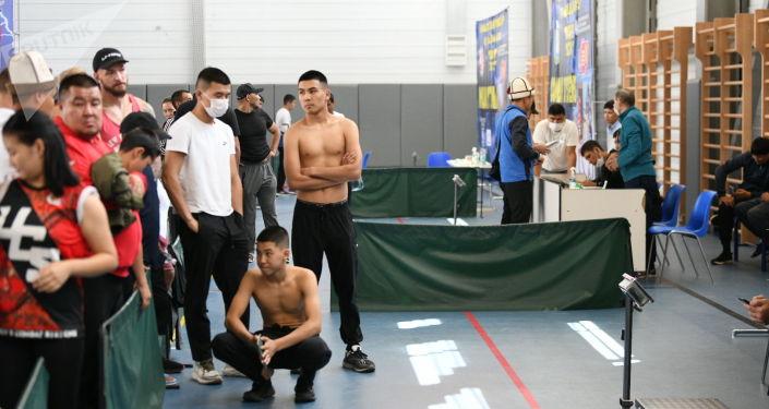 Участники чемпионата мира по пяти видам боевых искусств Единство-2021 в Чолпон-Ате во время взвешивания. 03 августа 2021 года