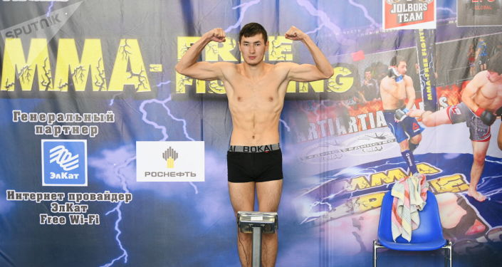 Один из участников чемпионата мира по пяти видам боевых искусств Единство-2021 в Чолпон-Ате во время взвешивания. 03 августа 2021 года