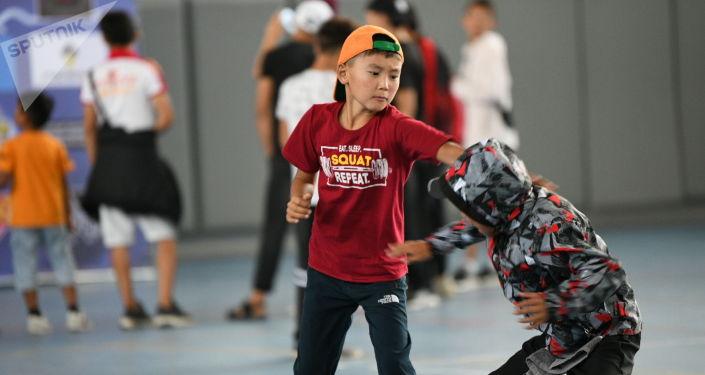 Дети перед чемпионатом мира по пяти видам боевых искусств Единство-2021 в Чолпон-Ате. 03 августа 2021 года