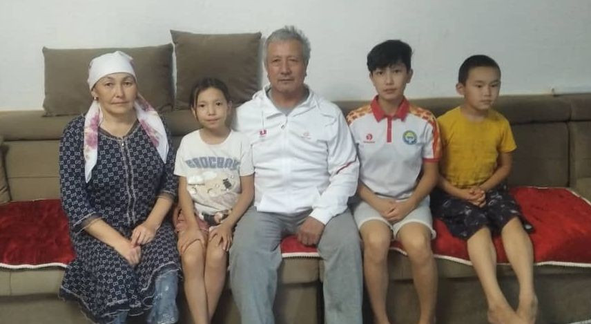 Мать и отец спортсменки Мээрим Жуманазаровой Айнура Чолпонкулова и Рахмадил Жуманазаров вместе с детьми