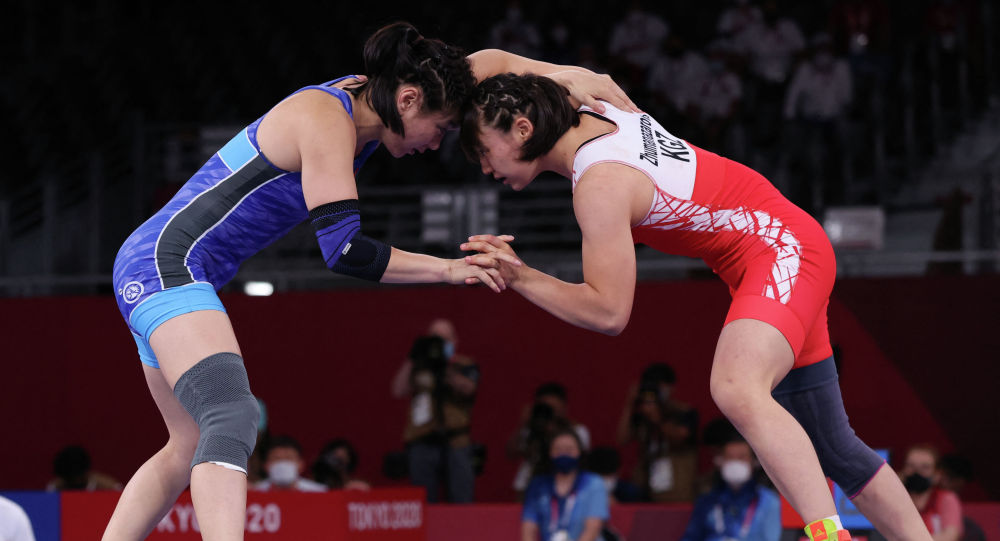 Мээрим Жуманазарова во время схватки с Батцэцэг Соронзонболд на Олимпийских играх 2020 года в Токио