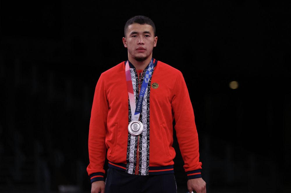 Кыргыз балбаны Акжол Махмудов болгону 22 жашында спорт дүйнөсүнүн туу чокусу болгон Олимпиада оюндарынын күмүш медалын тагынып турат. 3-август, 2021-жыл.