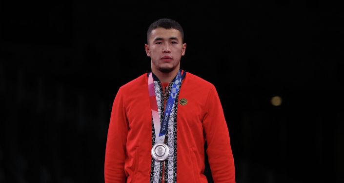Акжол Махмудов из Кыргызстана завоевавший серебряную медаль во время во время церемонии награждения на Олимпийских играх в Токио. 2 августа 2021 года