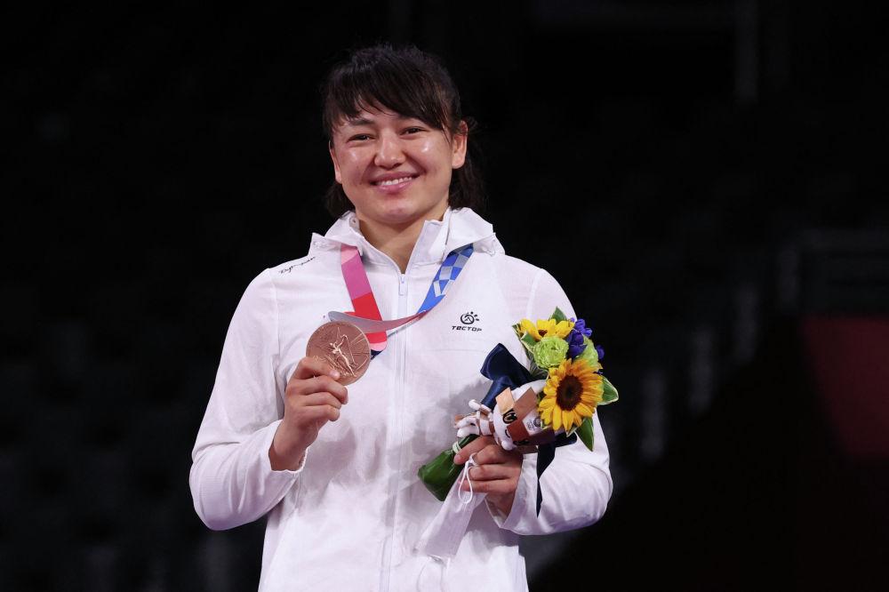 Ажарлуу балбан кыз Мээрим Жуманазарова Олимпиаданын коло медалын тагынып, талыкпаган эмгектин үзүрүн, жеңиштин даамын татып турган жагымдуу учуру. 3-август, 2021-жыл.