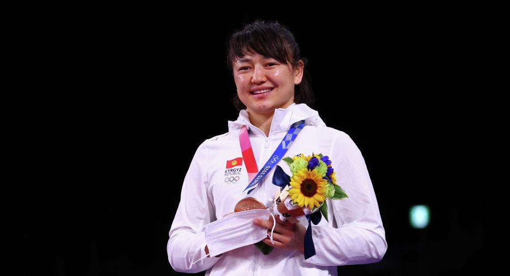 Мээрим Жуманазарова из Кыргызстана завоевавшая бронзовую медаль по вольной борьбе среди женщин в весовой категории до 68 кг на Олимпийских играх Токио-2020