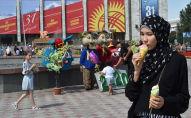 Девушка ест мороженое во время празднования дня независимости в Бишкеке. Архивное фото