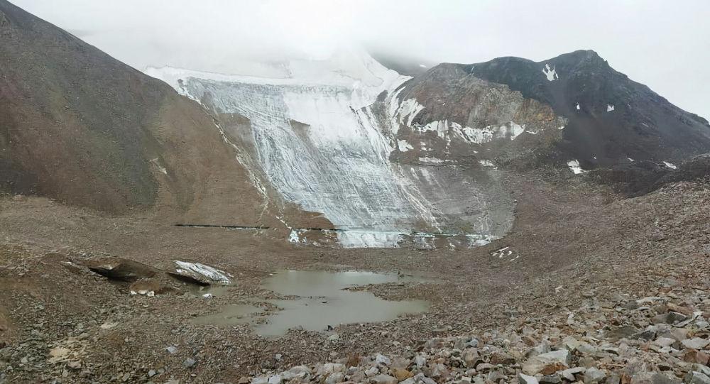 Озеро Акпай, расположенное в ущелье Белогорка в селе Тош-Булак в Чуйской области после прорыва
