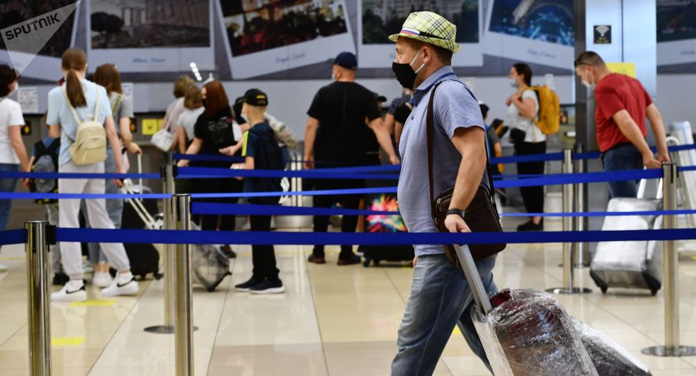 Пассажиры в Международном аэропорту Кольцово в Екатеринбурге. Архивное фото