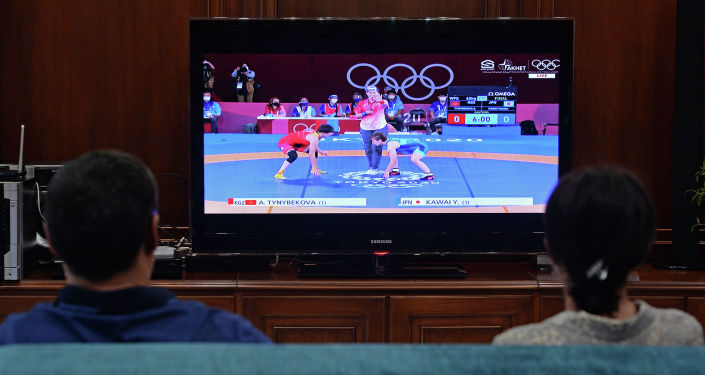 Президент Садыр Жапаров с супругой Айгуль Жапаровой во время просмотра выступления борца Айсулуу Тыныбековой на Олимпийских играх в Токио. 04 августа 2021 года