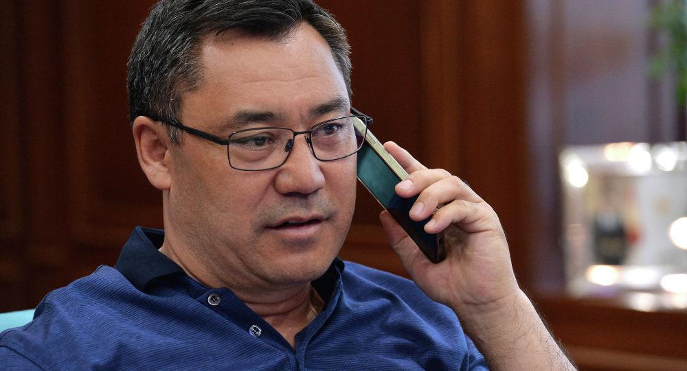 Президент Кыргызстана Садыр Жапаров во время телефонного разговора. Архивное фото