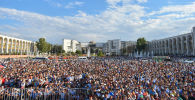 Люди на площади во время прямой трансляции финального поединка Айсулуу Тыныбековой на Олимпийских играх в Токио
