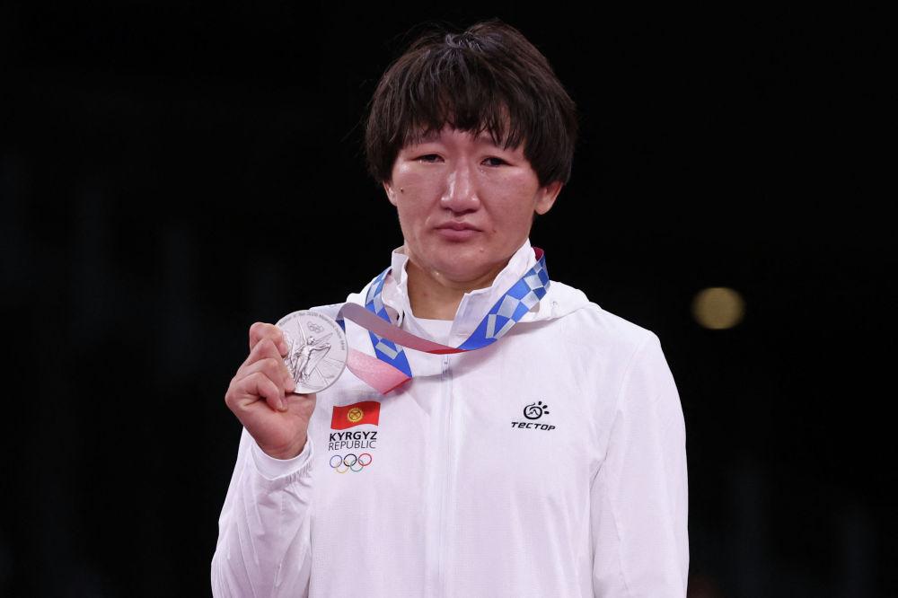 Айсулуу Тыныбекова Олимпиаданын күмүш медалын тагынып турган кези. Сыйлоо аземи. 4-август, 2021-жыл.