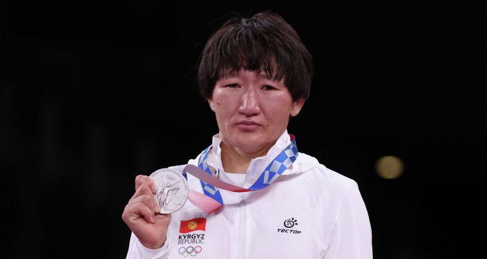 Серебряный призер Айсулуу Тыныбекова на церемонии награждения Олимпийских игр в Токио-2020. 04 августа 2021 года