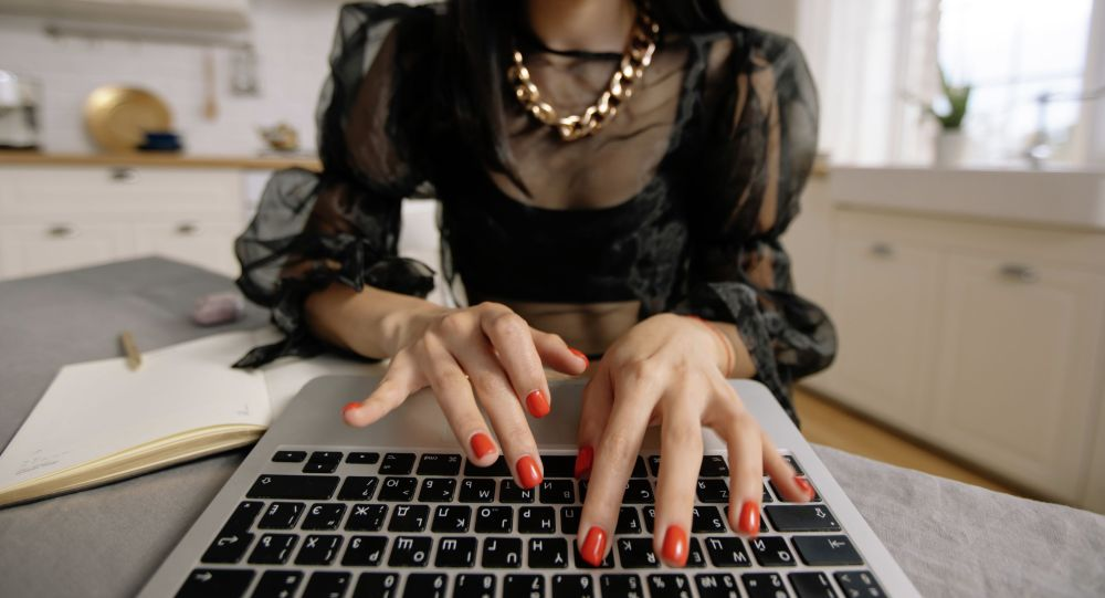 Девушка во время работы за ноутбуком. Архивное фото
