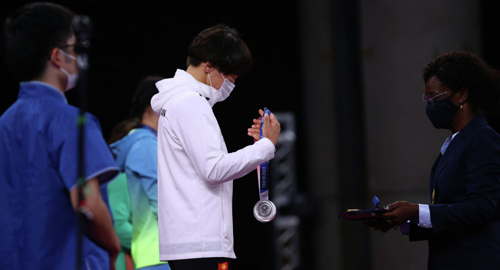 Серебряный призер Олимпийских игр в Токио кыргызстанка Айсулуу Тыныбекова на церемонии награждения. 04 августа 2021 года