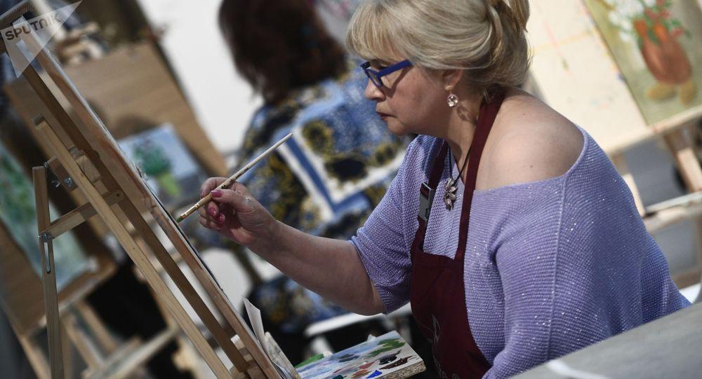 Женщина во время мастер-класса по рисованию. Архивное фото
