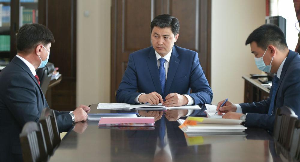 Председатель кабмина Улукбек Марипов с главой Соцфонда Жаныбеком Орозалиевым