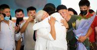Токио-2020 Олимпиадасынын күмүш медалынын ээси Айсулуу Тыныбекова аэропорттон ата-энеси менен жолугуп, жашып кетти