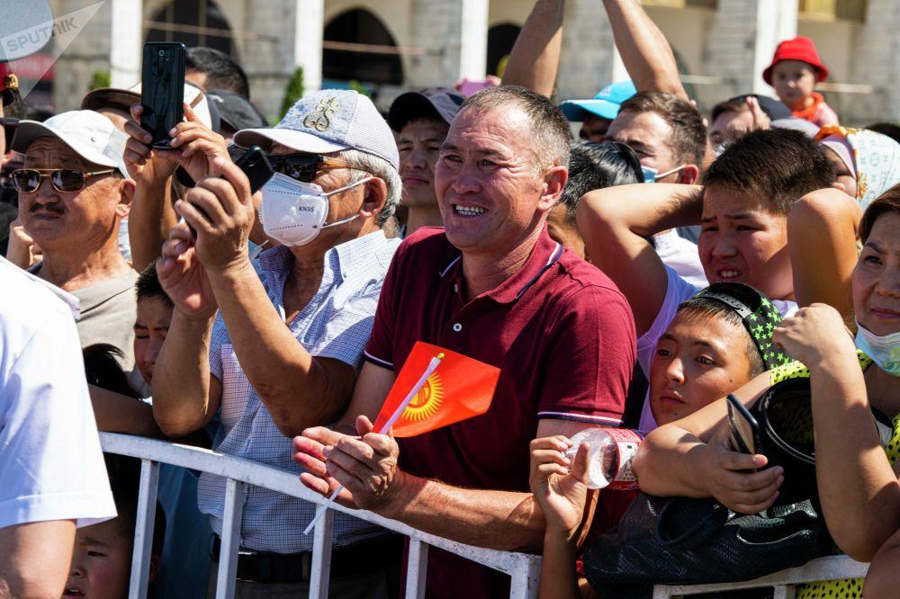 Кыргызстандыктар спортчуларды колдоп-кубаттоо үчүн жаш-кары дебей борбордук аянтка чогулган