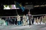 Казакстан курама командасы Токиодо Олимпиада 2020 ачылыш аземинде өлкөнүн желегин көтөрүп жатат