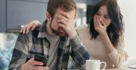 Муж с женой смотрят на график выплат по кредиту. Иллюстративное фото