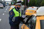 Москва шаарында такси айдоочусунун документтерин текшерип жаткан милиция кызматкери. Архив