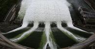 Сброс воды на ГЭС. Архивное фото