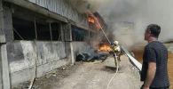 Тушение пожара в сарае для содержания скота в Джалал-Абаде