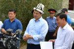 Председатель Кабинета Министров Кыргызстана Улукбек Марипов во время встречи с местынми жителями в рамках визита в Иссык-Кульскую область