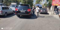В Бишкеке возле рынка Мадина задержали нелегальных парковщиков