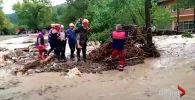 Едва Турция начала оправлять после лесных пожаров, в стране началось мощное наводнение из-за необычайно сильных дождей. Людей эвакуируют, погибло как минимум четыре человека.