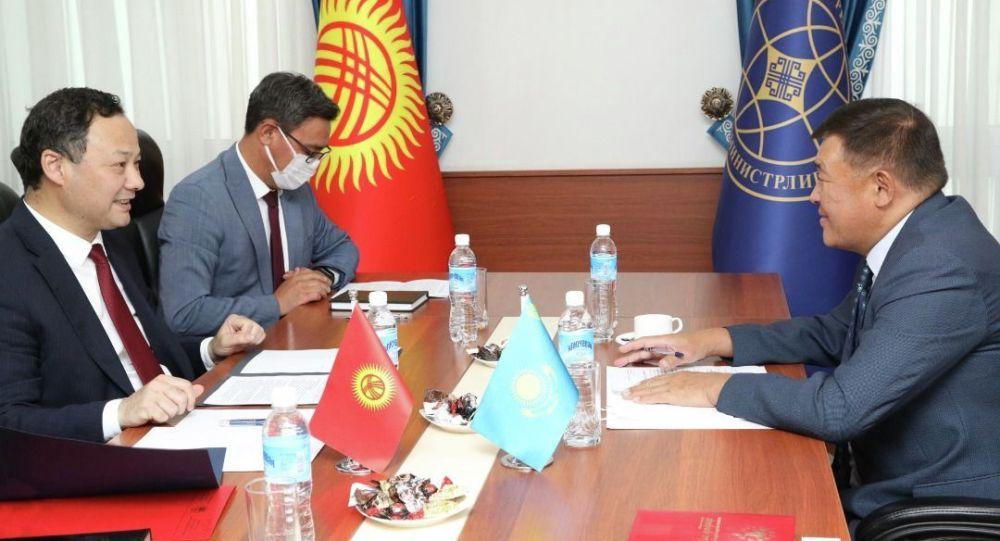 Министр иностранных дел Кыргызстана Руслан Казакбаев во время встречи с Чрезвычайным и Полномочным Послом Казахстана в КР Рапилем Жошыбаевым