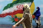 Ирандыктар мамлекеттик желектин сүрөтүнүн жанынан өтүп бара жатат. Архив
