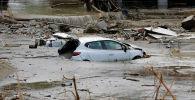 Автомобиль, плавающий в воде в Кастамону после наводнений