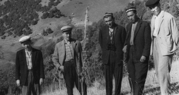 Насирдин Исанов (второй слева) отдыхает с односельчанами. Ошская область, Ноокатский район. 1968 г.