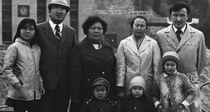Насирдин Исанов (первый справа) с семьей. Алматы-Аты. 1978 г.