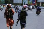 Боевики Талибана патрулируют улицу в Герате, Афганистан. 14 августа 2021 года